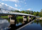 Da die wesentlichen Mängel an der alten Brücke nur im Bereich des Stahlbetonüberbaus auftraten, konnten Unterbau und Stützen bestehen bleiben. Quelle: RS Ingenieure