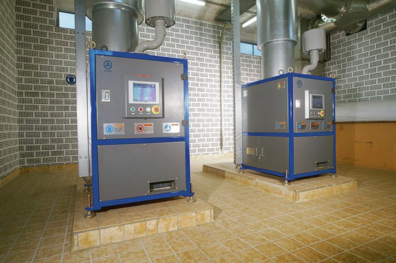 2.Zwei luftgelagerte Aerzener Turboverdichter mit einem Ansaugvo-lumen von je 2.187 Nm³/h erzeugen den Sauerstoff für die Bele-bungsbecken 1 und 2.