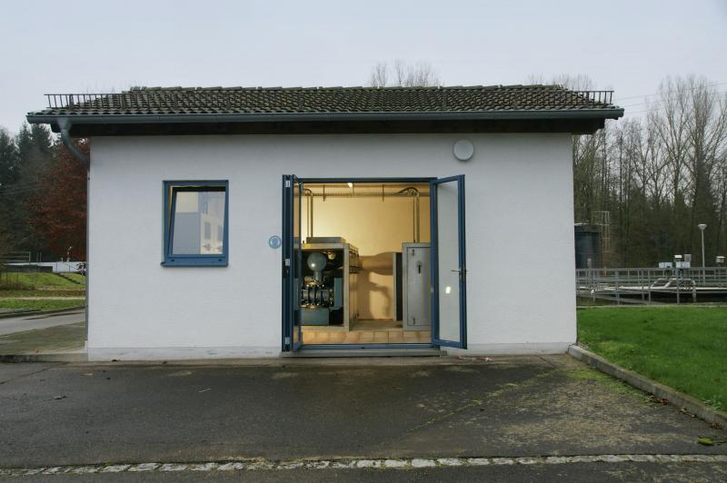 4.Sauerstoff-Station zur Versorgung der Belebungsbecken 3 bis 6, ausgerüstet mit zwei im Jahr 2000 installierten, luftgelagerten Aerzener Drehkolbengebläsen mit einem Ansaugvolumen von je 2.370 Nm³/h.