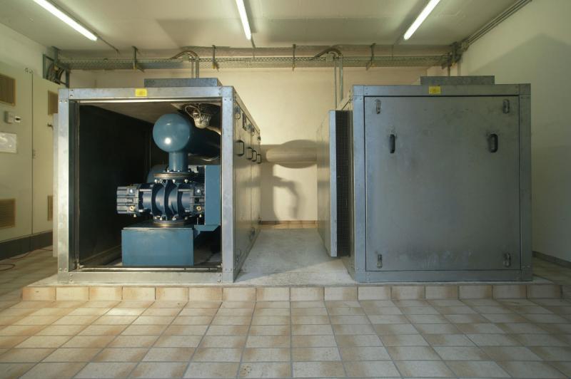5.Zwei im Jahr 2000 installierte, luftgelagerte Aerzener Drehkol-bengebläsen mit einem Ansaugvolumen von je 2.370 Nm³/h versorgen die Belebungsbecken 3 bis 6.